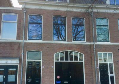 Buitenschilderwerk aan een monumentaal herenhuis in Haarlem